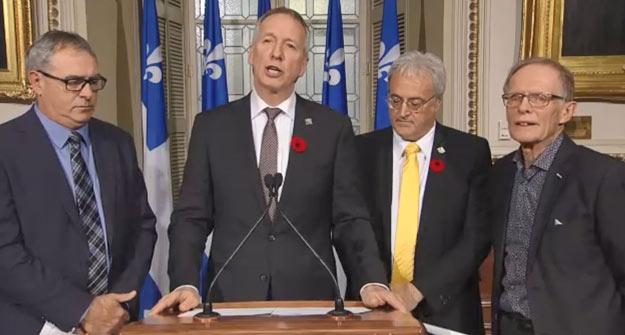 Les ministres André Lamontagne et Pierre Dufour (au centre), Marcel Groleau (à gauche) et Pierre-Maurice Gagnon (à droite) ont dévoilé le projet de loi 48 réformant le PCTFA.