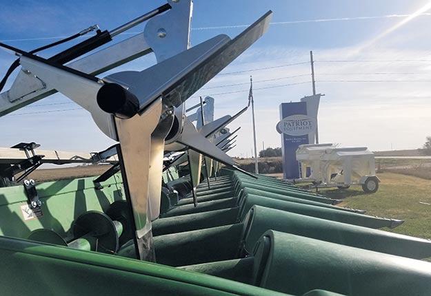 Billy Beaudry a fait venir le Sweeper, un équipement qui s'ajoute à sa moissonneuse-batteuse et qui permet, selon la compagnie, d'aller chercher jusqu'à 0,3t/ha de plus, tout en récoltant plus rapidement les champs de maïs écrasés au sol. Photo : Patriot Equipment