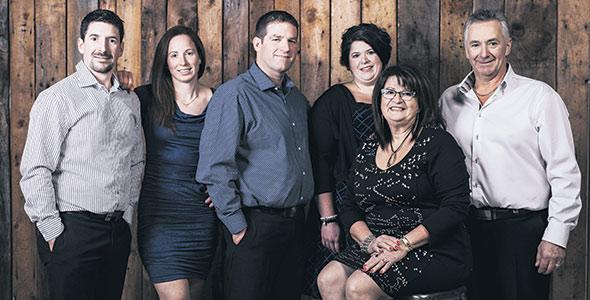 De gauche à droite, les six propriétaires de Comestar: Steve Comtois, Kathleen Comtois, Julien Turmel, Julie Comtois, France Lemieux et Marc Comtois. Photo : Gracieuseté de Julie Comtois