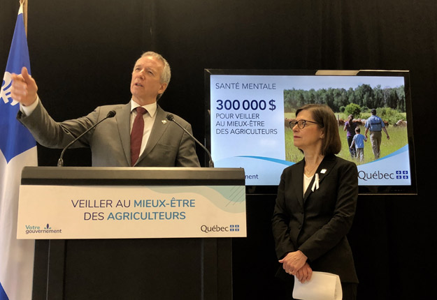 Les ministres de l'Agriculture et de la Santé, André Lamontagne et Danielle McCann, ont annoncé une première aide financière de 300 000 $ pour l'organisme Au cœur des familles agricoles (ACFA). Crédit photo: Josianne Desjardins/TCN