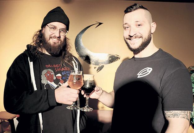 Jérémie Tremblay et Maxime Dionne trinquent au succès de la nouvelle bière aux grillons unique au Canada et aux États-Unis. Photos : Maurice Gagnon