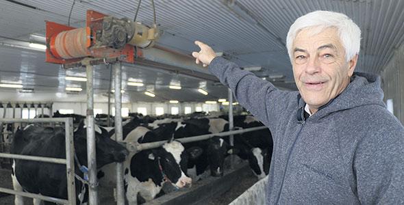 Jean Labrie montre le système permettant d'alimenter le troupeau de façon automatisée.