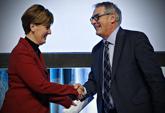 La ministre de l'Agriculture, Marie-Claude Bibeau, accueillie par le président de l'UPA, Marcel Groleau. Crédit photo : Pascal Ratthé