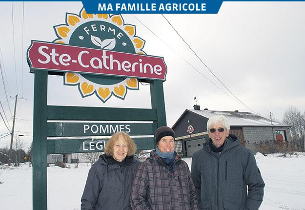 Même s'ils passent progressivement le flambeau à leur fille Anne (au centre), Claire et Luc Forget sont toujours très impliqués dans les activités de la Ferme Ste-Catherine, située sur le chemin du même nom, à Sherbrooke. Photo : Gracieuseté de la famille Forget