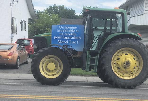 Une trentaine de tracteurs ont défilé à Thurso cet été en hommage au producteur Luc Leduc. Photo : Gracieuseté de Karyne Leduc