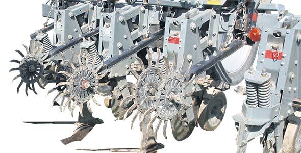 Photo 7 - Sarcleur lourd modifié aux Fermes Longprés pour désherber entre les billons de soya. Les roues soleil protègent le rang pendant le sarclage.
