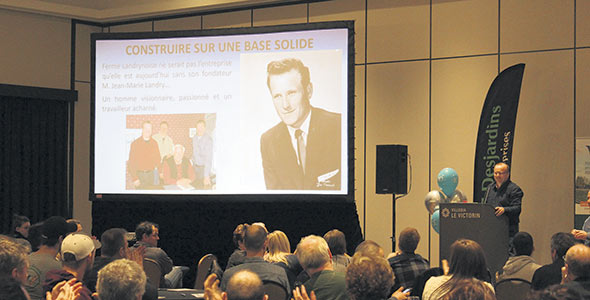 Carl Landry, l'un des actionnaires de la Ferme Landrynoise, a présenté l'entreprise au Rendez-vous d'expertise sur les fermes de 100 vaches et plus. Photo : Via Pôle d'expertise en gestion
