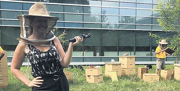Josianne Desjardins, tout sourire, quelques minutes avant qu'une abeille lui pique le pied droit. Photo : Josianne Desjardins/TCN