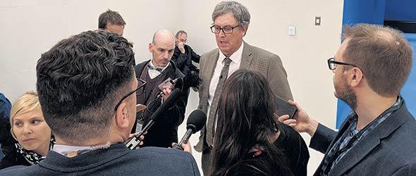 Louis Robert en mêlée de presse le 24 septembre à l'Assemblée nationale de Québec. Photo : Martin Primeau/TCN