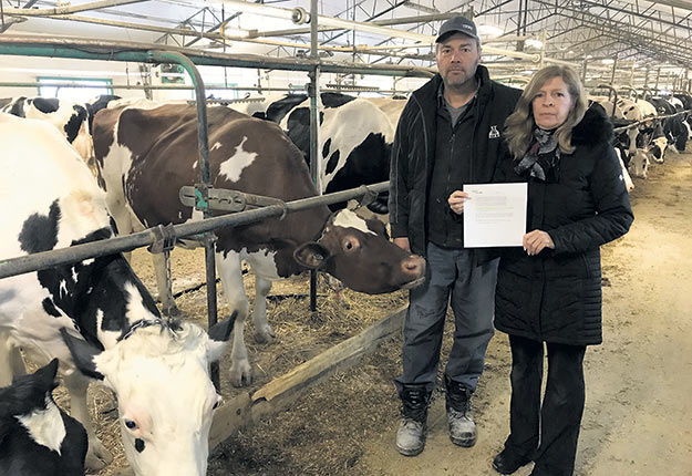 Pour Mireille Charbonneau et son conjoint André Goyer, la compensation de 590 $ de la Financière pour leur mauvaise récolte de plantes fourragères est «une vraie risée». Photo : Martin Ménard / TCN