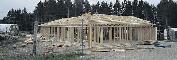 La construction d'une ébénisterie-étable est en cours pour le projet de tourisme agricole.