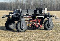 Ce robot autonome et électrique de conception québécoise permettrait d'utiliser des outils agricoles conventionnels, comme des sarcleurs mécaniques. Photo : Gracieuseté d'Elmec