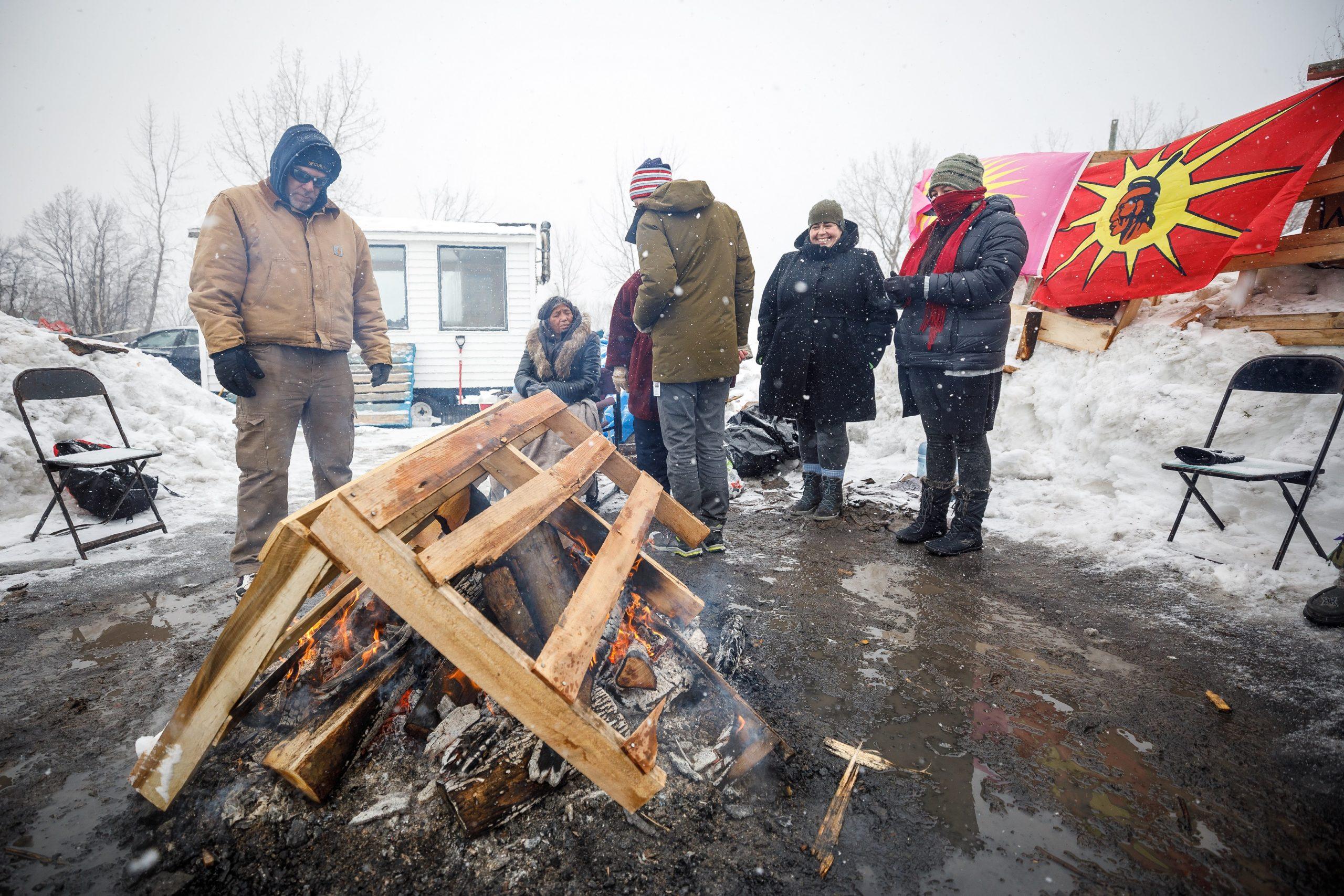 Les Mohawks bloquent les voies ferrées près de Montréal en solidarité avec la nation Wet'suwet'sen. (Photo: Denis Germain)