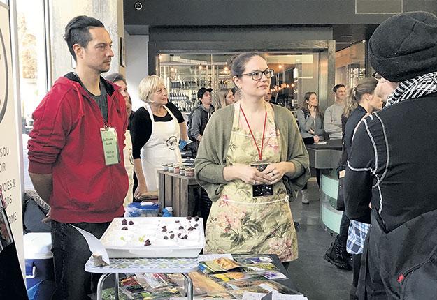 Les producteurs ont pu faire la démonstration de leurs produits auprès des acheteurs et des restaurateurs venus assister à la journée de réseautage d'Arrivage. Photo : Geneviève Quessy