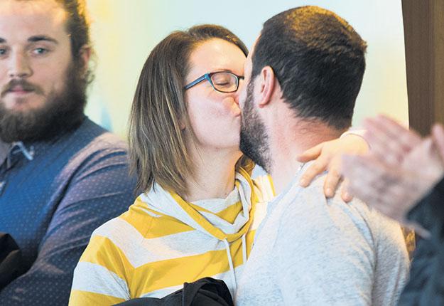 Lorsqu'elle a entendu son nom, Jessica Bérubé a sauté au cou de son conjoint, Bruno Viens. Photo : Martin Ménard / TCN