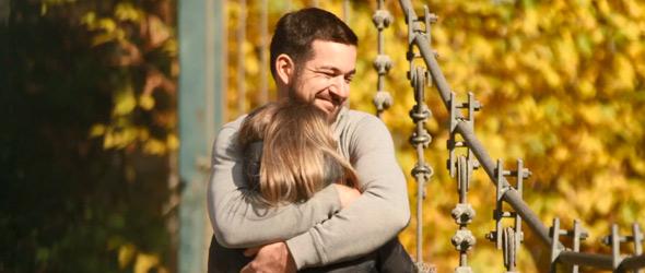 Regardez comme Rémy a l'air heureux avec Ann-Marie dans ses bras!