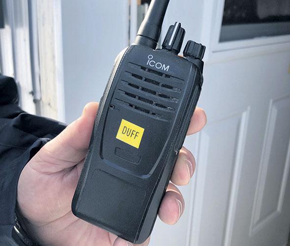 Un signal d'alerte sonore est émis lorsque la radio portative se trouve à l'horizontale pendant une minute.