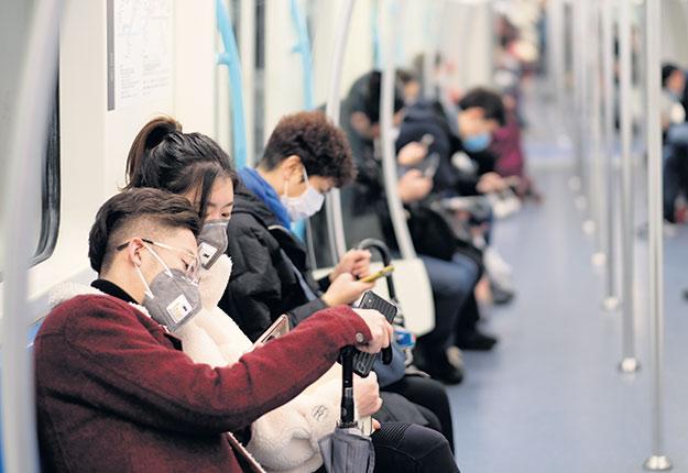 Le coronavirus aurait été transmis à l'homme par une chauve-souris ou un serpent dans un marché d'animaux à Wuhan, en Chine.