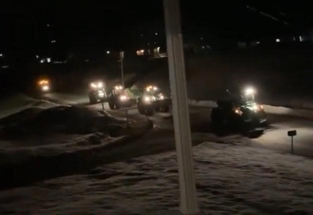 À Saint-Boniface, en Mauricie, des phares de tracteurs ont clignoté et des klaxons ont retenti samedi soir dans le rang St-Onge. Crédit photo : Amélya Piché-Labbé