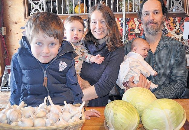 Héloïse Gazaille-La Rue et Mathieu Robillard avec leurs trois enfants, Charles, Hugo et Liliane. Photo : Pierre Saint-Yves