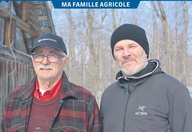 Richard Small (à droite) et son père James s'affairaient aux derniers préparatifs en vue de la saison des sucres lorsque La Terre de chez nous les a visités à la mi-mars. Photos: Maxime Bilodeau