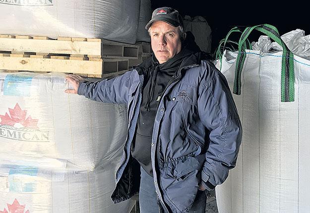 Michel Robert craint de voir doubler les coûts de transport des semences qu'il distribue en Abitibi-Témiscamingue. Photo : Gracieuseté de Services Agritem