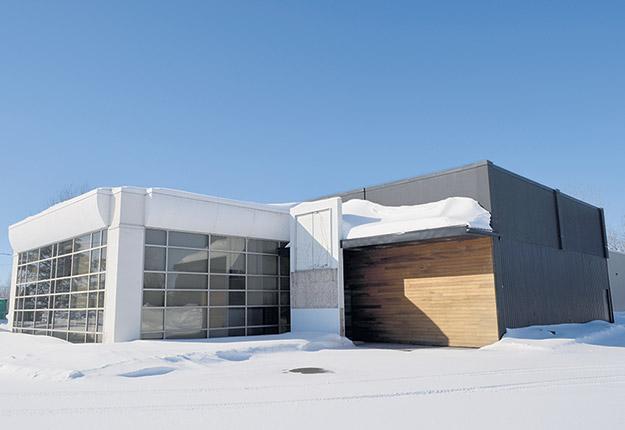 La bâtisse qui abritait autrefois un fabricant d'armoires accueillera la centrale agroalimentaire régionale Agroa Desjardins à compter de l'automne. Photo : Pierre Saint-Yves
