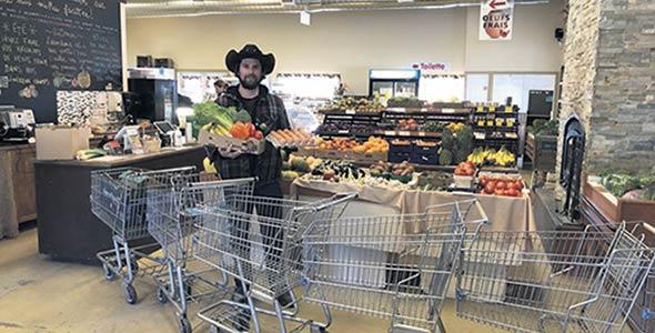 Philippe Beauregard a installé une rangée de paniers devant ses étals pour limiter les déplacements des clients dans sa boutique. Photo : Gracieuseté du Potager Mont-Rouge