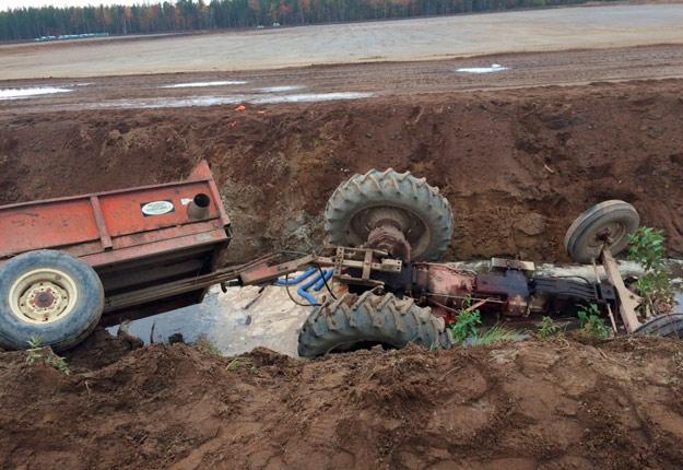 Luis Andres Galindo Galindo a effectué un virage à 90 degrés en bordure du canal d'inondation et a perdu le contrôle du tracteur qui a basculé dans le canal de l'entreprise Les Canneberges Boivin. Photo: Gracieuseté de la CNESST