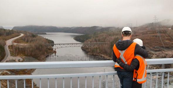 Difficile d'avoir une meilleure vue sur la Côte-Nord qu'au barrage Manic-2 pour que Rémy annonce à Ann-Marie qu'ils s'envoleront bientôt ensemble vers le Sud.