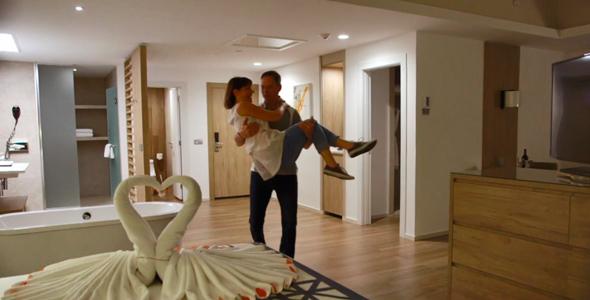 Tel un nouveau marié, Nicolas a pris Louise dans ses bras pour la déposer sur le lit.
