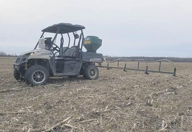 L'agriculteur Billy Beaudry profite des matins froids pour semer ses plantes de couverture. Photo : Gracieuseté de Billy Beaudry