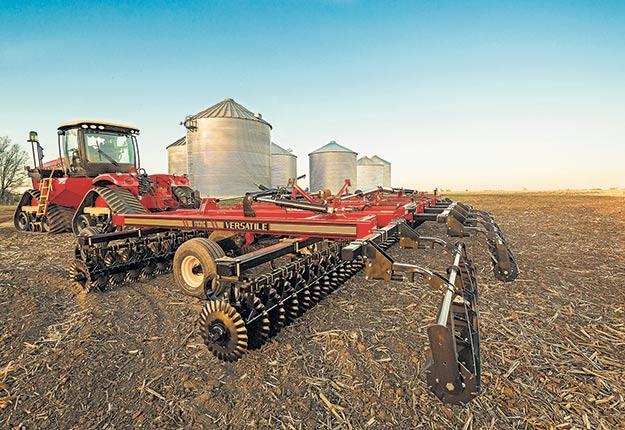 Le Delta Track offre une plus grande superficie de travail et des machineries aratoires plus étendues. Les chenilles de caoutchouc remplacent les pneus pour une meilleure flottaison. Photo : Lavoie Équipement Agricole