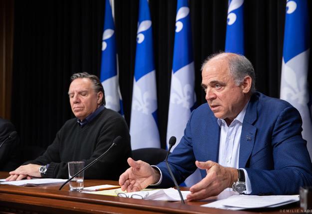 Le premier ministre François Legault et son ministre de l'Économie Pierre Fitzgibbon ont dévoilé la plateforme numérique Le Panier Bleu, le 5 avril. Photo : Émilie Nadeau/cabinet du premier ministre du Québec. Photo : Archives / TCN