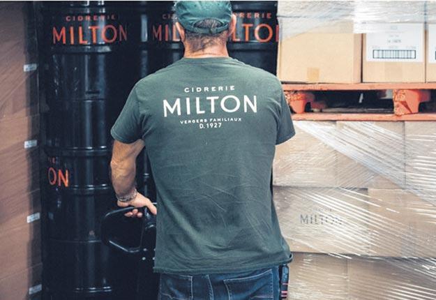 Le président des Producteurs de cidre du Québec, Marc-Antoine Lasnier, qui est propriétaire de la Cidrerie Milton, souhaiterait que tous les producteurs puissent recourir légalement à un service de livraison intermédiaire comme celui de Postes Canada. Photo : Gracieuseté de la Cidrerie Milton