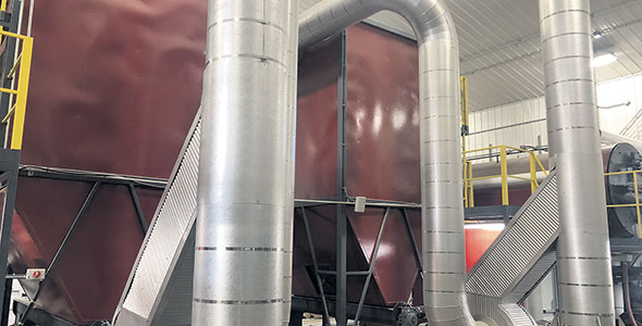 Le système à la biomasse forestière de Christian Dufresne agit comme un immense poêle à bois automatisé qui chauffe à 800 °C.