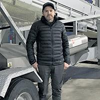 Le producteur avicole Guillaume Côté pose devant son chargeur de dindons TA800 de CMC Industries. Photos : Gracieuseté de Guillaume Côté