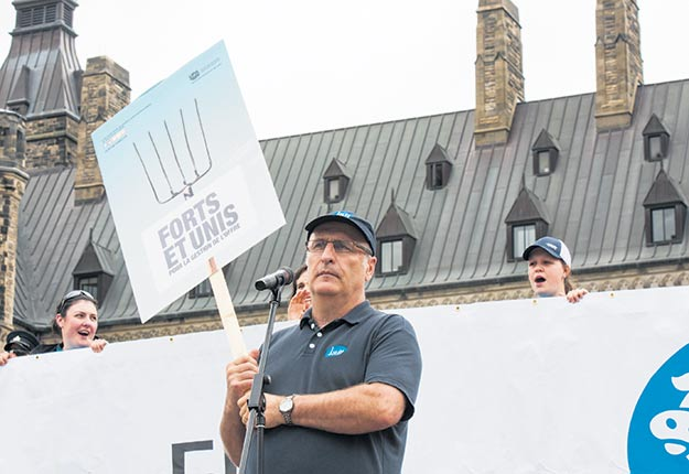 Au cours de sa carrière, Bruno Letendre a dirigé de nombreuses manifestations, comme celle du 2 juin 2016 à Ottawa, alors qu'il dénonçait les importations de lait diafiltré au Canada. Photo : MarieMichèle Trudeau/ Archives TCN