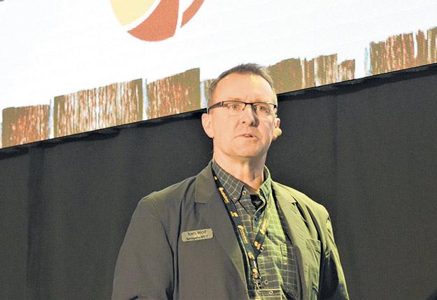 «C'est mieux d'épandre une pulvérisation moyenne au bon moment que de pulvériser de façon parfaite au mauvais moment, puisque le rendement a été perdu», résume Tom Wolf, président d'Agrimetrix et spécialiste de la pulvérisation agricole. Photo : David Riendeau