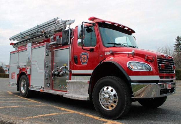 En raison de vents violents, le feu se serait propagé dans six des sept bâtiments servant d'entrepôt. Photo : Olivier Joyal / pompierduquebec.com