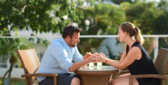 Tout va pour le mieux entre Hugues et Maryska en voyage. Ils semblent heureux et complices. Ça regarde bien.