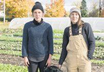 Les propriétaires de La Fermette, Annie-Claude Lauzon et Justine Chouinard, avec leur chien Chester. Photo : Steve Pellerin