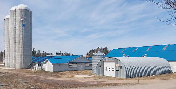 L'entreprise est située sur la route230 à la limite des municipalités de La Pocatière et de Rivière-Ouelle, au Kamouraska, lieu où l'ancêtre de la famille s'est installé à l'époque de la Nouvelle-France.