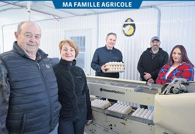 Une famille de producteur d'œufs et de lait: Guy Simard, Gisèle Brouillette, les frères François et Bruno ainsi que la conjointe de ce dernier, Mélanie Paquette. Photos : Pierre Saint-Yves