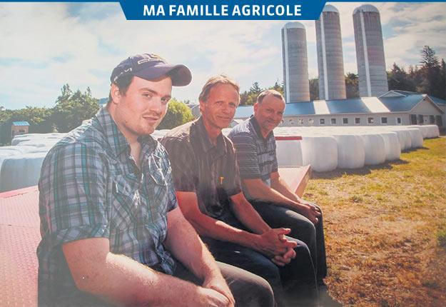 William avec les propriétaires actuels de la Ferme Hoelet, les frères Denis et Germain Ouellet. Photos: Gracieuseté de la famille Ouellet