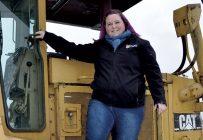 Stéphanie Laquerre assume plusieurs rôles dans l'entreprise, y compris celui d'effectuer des travaux au champ. Photos : Johanne Martin