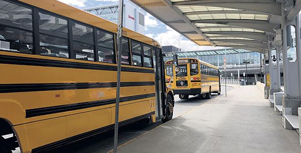 Sept autobus attendaient les travailleurs à l'aéroport de Montréal pour les amener vers Québec.