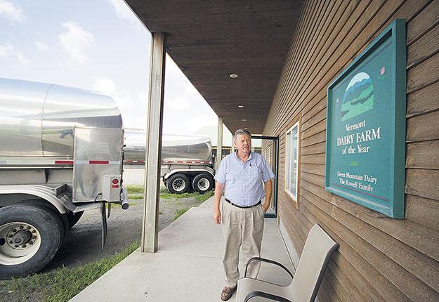 Les producteurs américains, comme Bill Rowell du Vermont, se désolent des baisses prévues de 35 % à 40 % du prix du lait. Photo : Martin Ménard/ Archives TCN