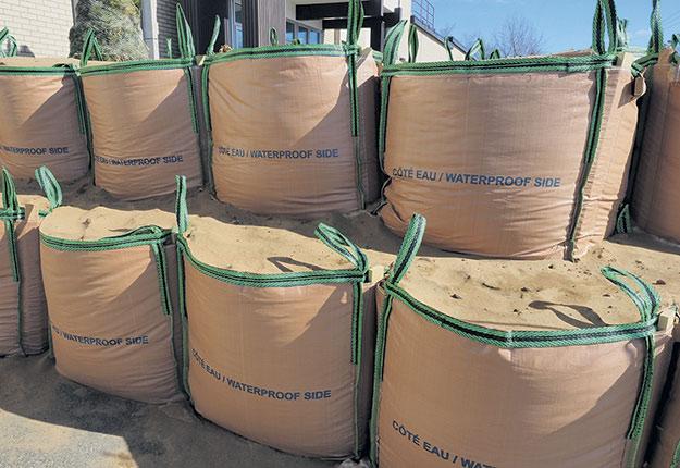 Les sacs anti-inondation de Tremac sont assez robustes pour recevoir chacun une tonne métrique de sable. Photo : Denis Méthot