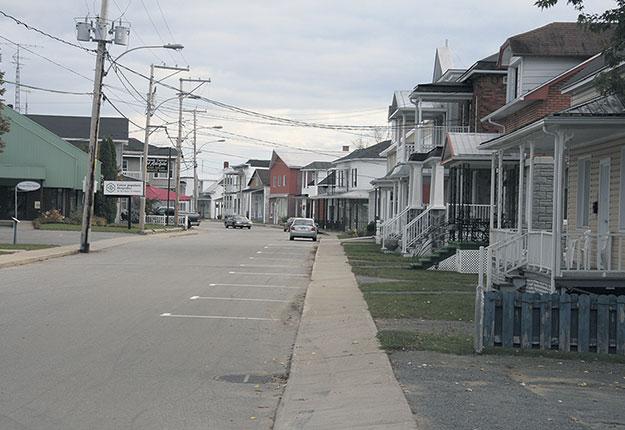 Québec souhaite faciliter l'utilisation des poteaux appartenant aux grandes entreprises de télécommunication par des entreprises locales qui tentent d'implanter leur propre réseau Internet haute vitesse dans les communautés encore isolées. Photo : Archives/TCN